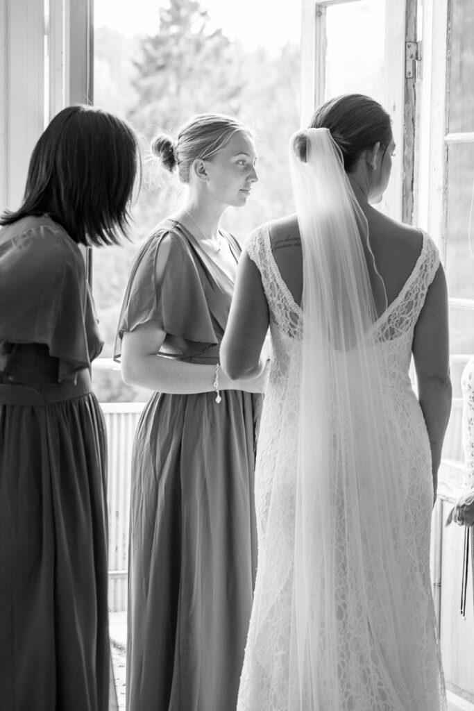 Bruden med sina systrar som tärnor