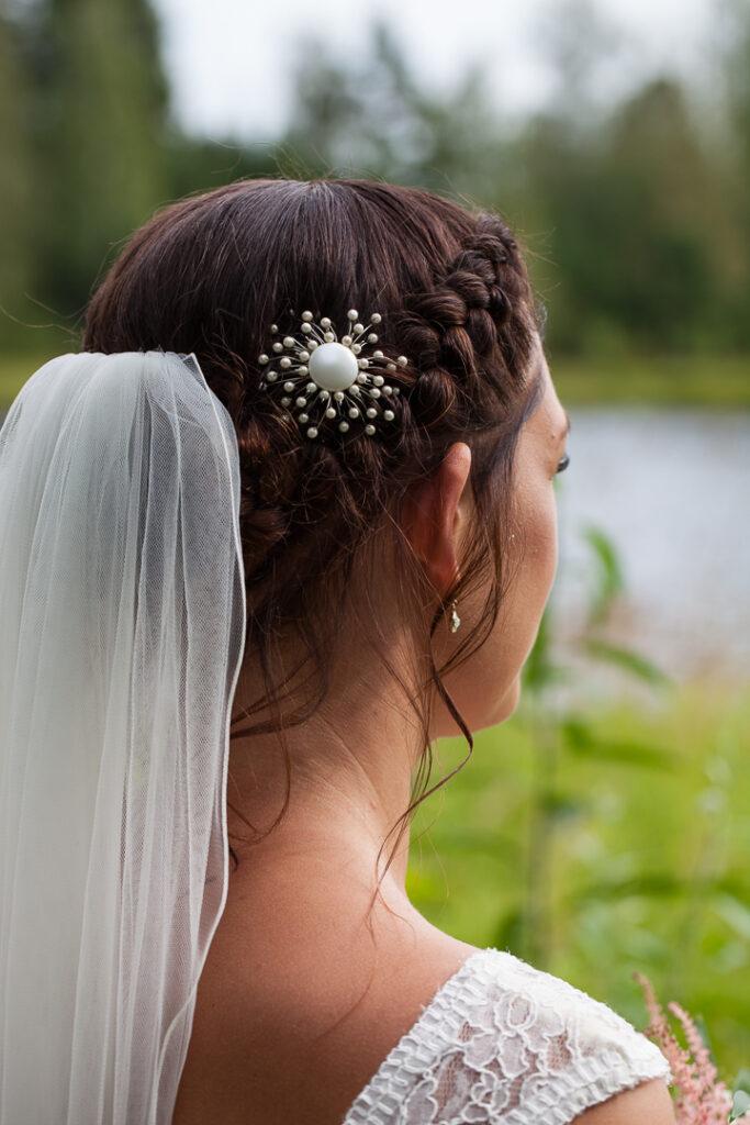 Bröllop i vackra hälsingland 2019 hårippsättning Brosch