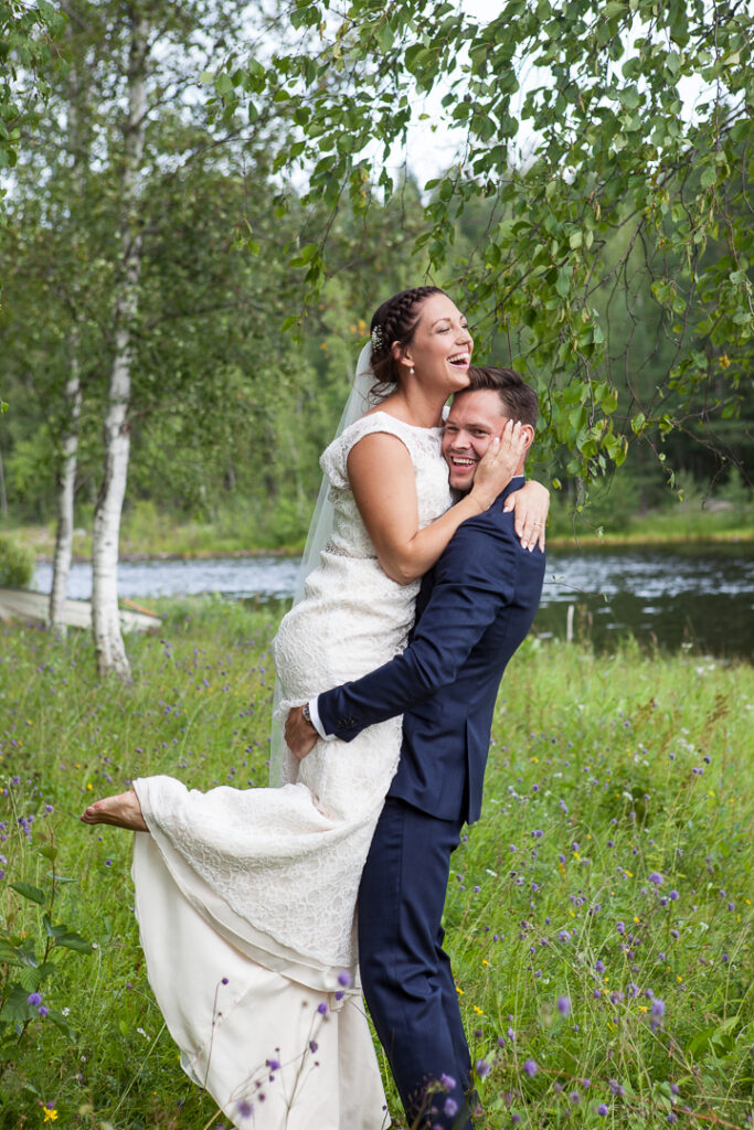 Bröllop i vackra hälsingland 2019 Glatt bröllopspar brudgummen lyfter bruden