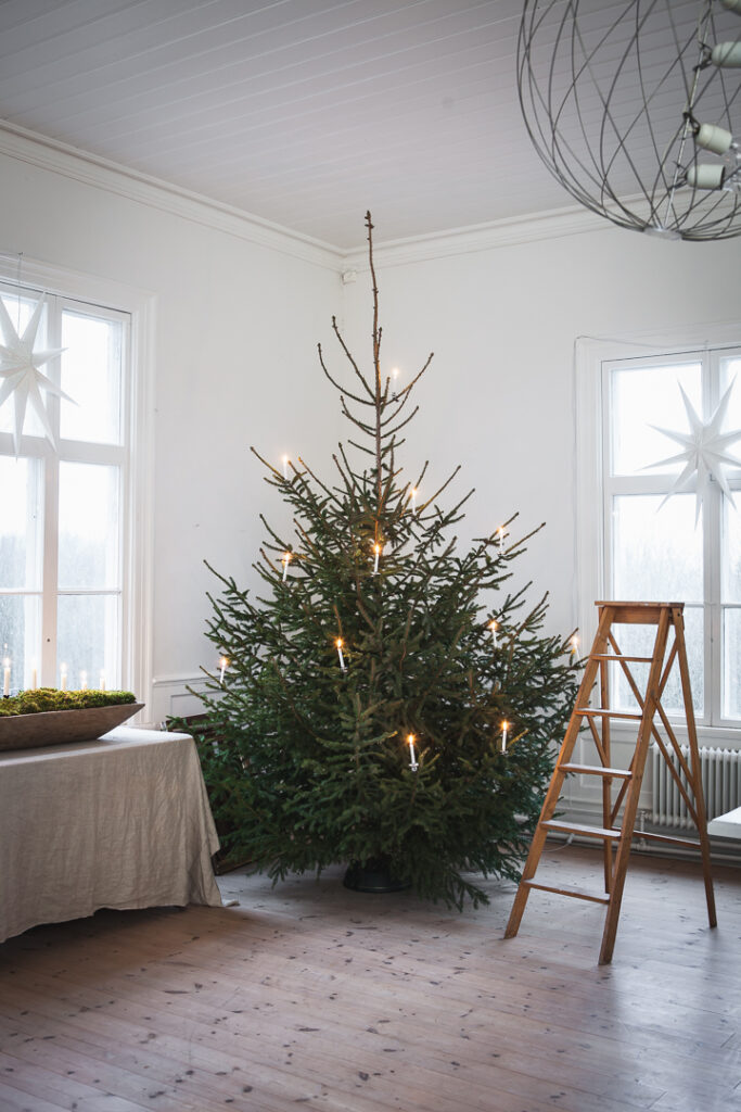 Julgran med levande stearin ljus enkel rustik