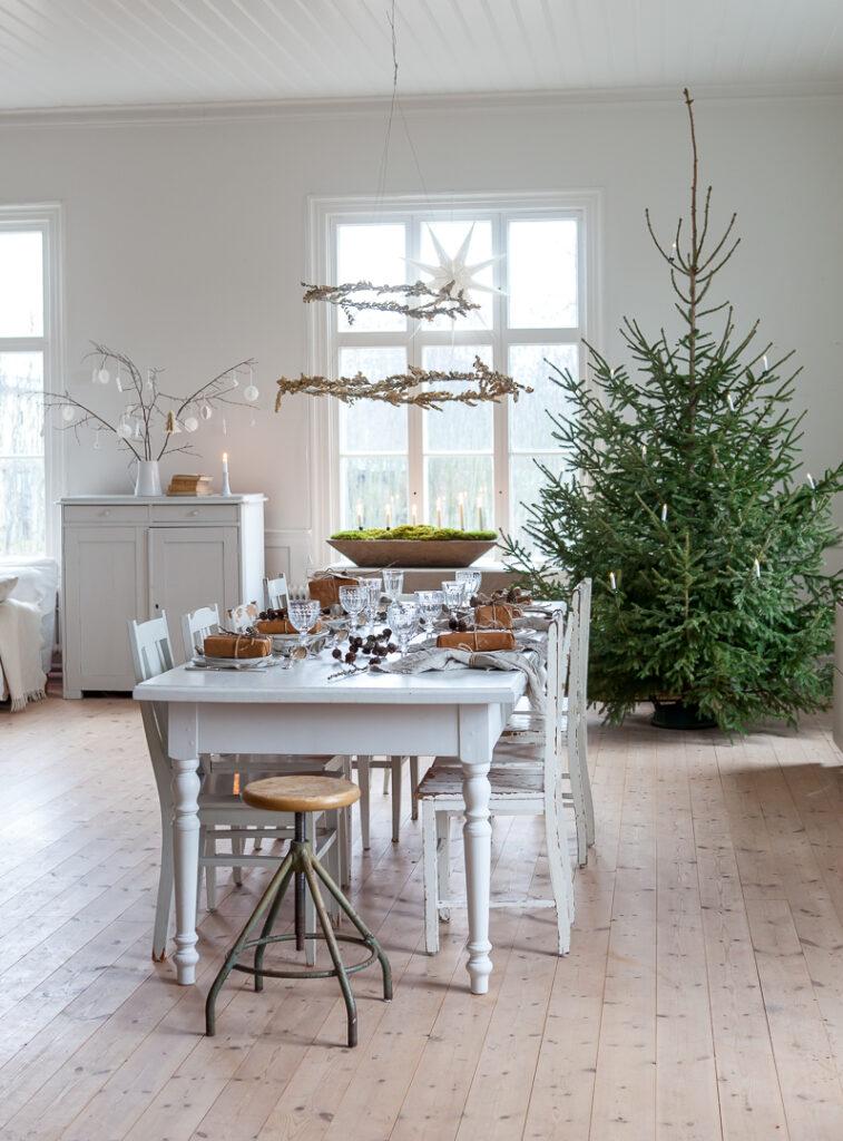 Julbordet dukat med naturmaterial julgran kransar små presenter
