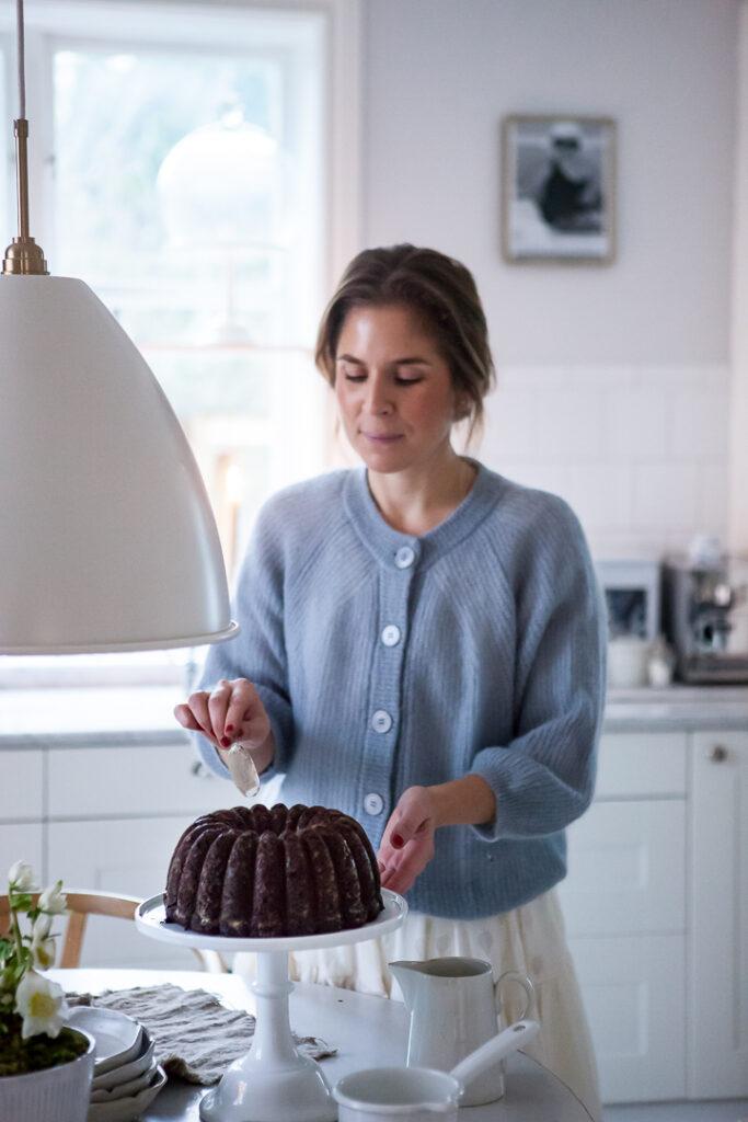 Julia Khouri tar en bit kaka i sitt romantiska och lantliga kök.
