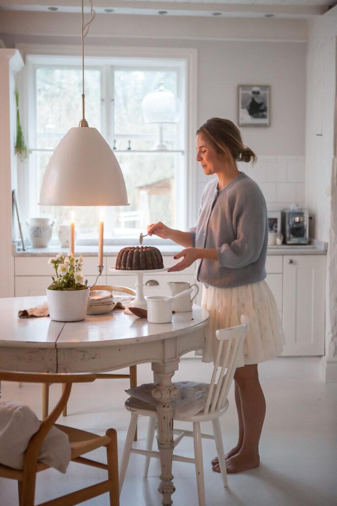 Julia Khouri tar kaka sitt lantliga kök romantsikt