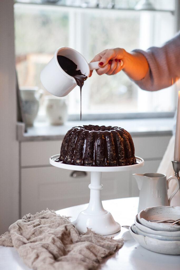 Julia tar en bit kaka i sitt romantiska och lantliga kök