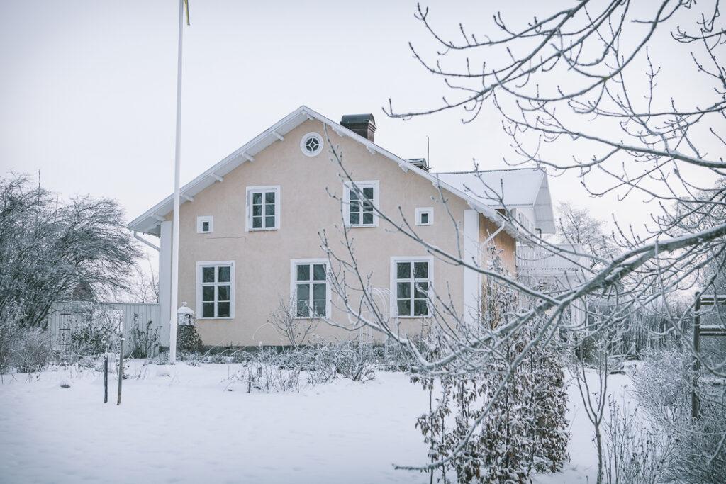 En presentation av mig Vårt hus i vinterskrud