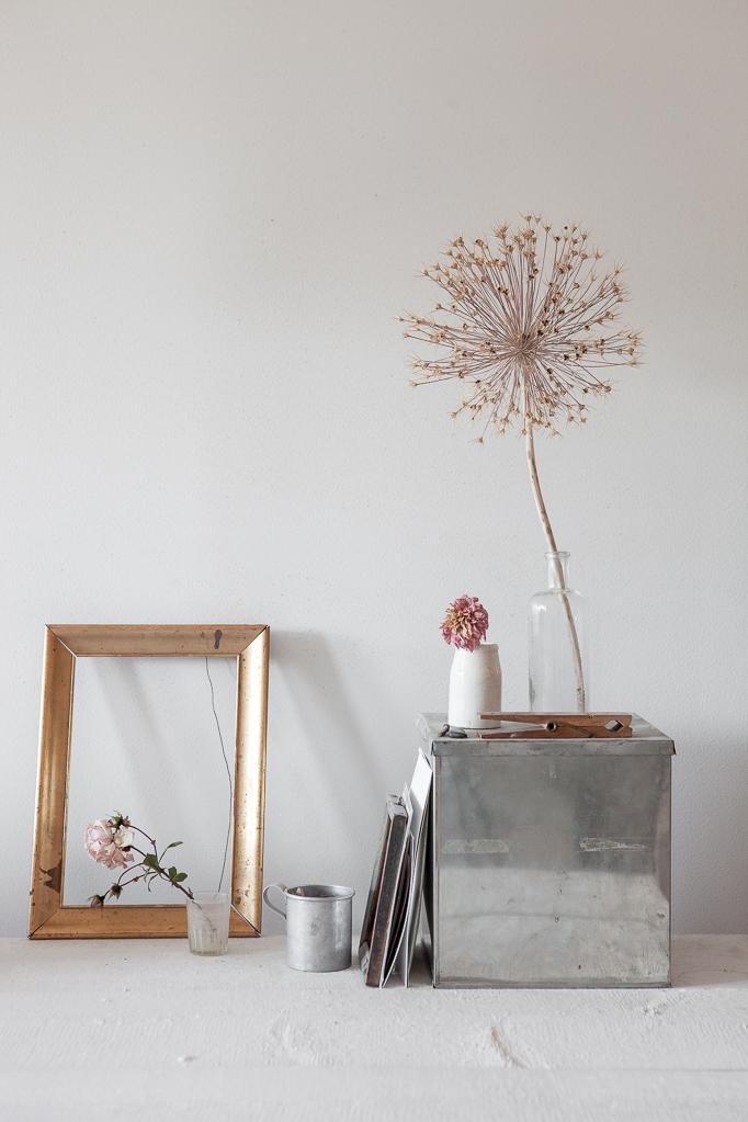 Grundkurs i video och videoredigering hos mig Arbetsbord vintage spegel torkade blommor bord gamla burkar