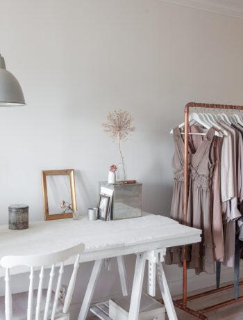 Sovrum-klädställning-bord-torkade-blommor