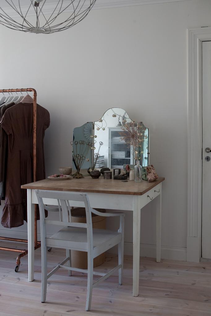 Grundkurs i video och videoredigering hos mig Sminkbord vintage spegel torkade blommor bord klädställning klänningar
