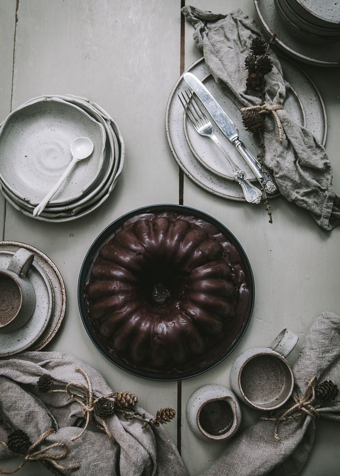 Choklad och rödbetssockerkaka med en choklad ganache flatlay