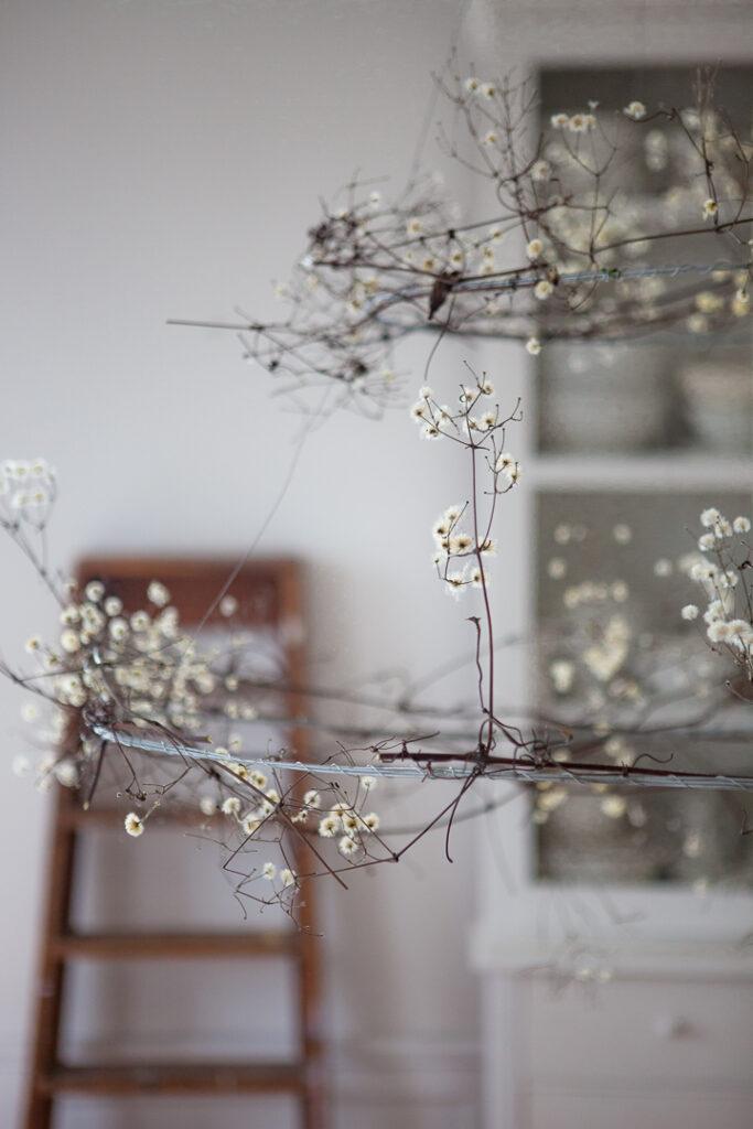 Ateljen i vinterskrud dekorerad med  kransar av skogsklematis.