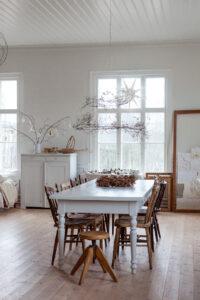 Ateljen dekorerad med naturmaterial som en krans av skogsklematis